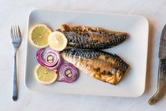 Рыбы скумбрии с луками и лимонами в плите Стоковые Фотографии RF