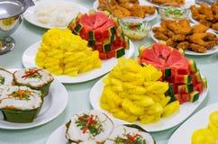 Рыбы столешницы разнообразия еды зажаренные жареной курицей зажарили в духовке папапайю свинины Стоковая Фотография