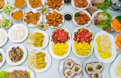 Рыбы столешницы разнообразия еды зажаренные жареной курицей зажарили в духовке папапайю свинины Стоковое Изображение RF