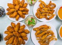 Рыбы столешницы разнообразия еды зажаренные жареной курицей зажарили в духовке папапайю свинины Стоковое фото RF