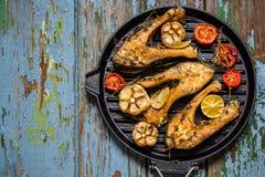 Рыбы с испеченными овощами, чеснок форели, тимиан, томаты Стоковое Изображение