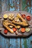 Рыбы с испеченными овощами, чеснок форели, тимиан, томаты Стоковая Фотография RF