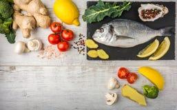 Рыбы с овощами, лимоном и имбирем Взгляд сверху стоковые изображения