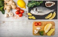 Рыбы с овощами, лимоном и имбирем Взгляд сверху стоковая фотография rf