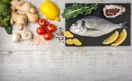 Рыбы с овощами, лимоном и имбирем Взгляд сверху стоковая фотография