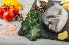 Рыбы с овощами, лимоном и имбирем стоковые фотографии rf