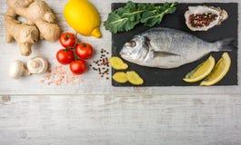 Рыбы с овощами, лимоном и имбирем стоковая фотография