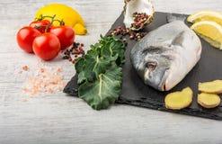Рыбы с овощами, лимоном и имбирем стоковая фотография rf