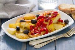 Рыбы трески с красным перцем и зажаренной картошкой на белом блюде Стоковое Изображение RF