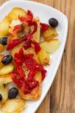 Рыбы трески с красным перцем и зажаренной картошкой Стоковая Фотография