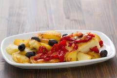 Рыбы трески с красным перцем и зажаренной картошкой Стоковое Фото