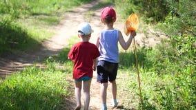2 рыбы уловленных детьми Мальчики на следе леса с задвижкой Красивейший ландшафт лета воссоздание обеда напольное акции видеоматериалы