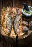 Рыбы форели служили с картошками, травами и маслом Стоковая Фотография RF