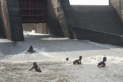 Рыбы человека заразительные в реке Стоковое Фото