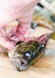 Рыбы fileting - приготовление пищи Стоковое фото RF