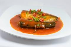 Рыбы Sadine в томатном соусе, chili, лимонном соке на белой предпосылке Стоковая Фотография RF