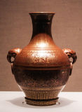 Рыжеват-фиолетов-застекленная ваза украшенная при хищник держа петлю в клюве Стоковые Изображения