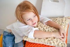 Рыжеволосая девушка на подушках Стоковые Изображения RF