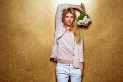 Рыжеволосая девушка с букетом цветков в студии Стоковое фото RF