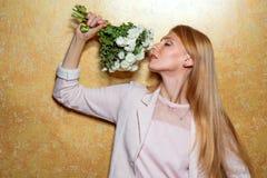 Рыжеволосая девушка с букетом цветков в студии Стоковое Изображение RF