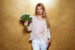 Рыжеволосая девушка с букетом цветков в студии Стоковые Изображения