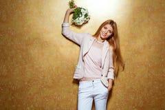 Рыжеволосая девушка с букетом цветков в студии Стоковое Фото
