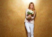 Рыжеволосая девушка с букетом цветков в студии Стоковая Фотография