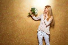рыжеволосая девушка с букетом цветков Стоковое Фото