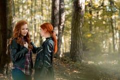 Рыжеволосые девушки в лесе Стоковая Фотография