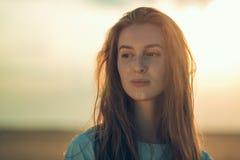 Рыжеволосая девушка в поле Стоковая Фотография