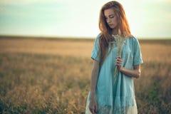 Рыжеволосая девушка на заходе солнца Стоковые Фотографии RF