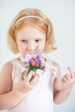 Рыжеволосая девушка пахнуть букетом цветков Стоковая Фотография