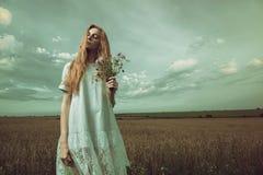 Рыжеволосая девушка с букетом Стоковые Фото