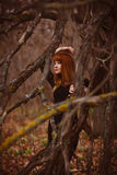 Рыжеволосая женщина модели девушки в черном платье сухом Стоковые Фото