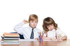 Рыжеволосые дети пишут на столе Стоковое Изображение RF