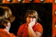 Рыжеволосый мальчик представляя перед зеркалом стоковые изображения rf