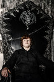 Рыжеволосый мальчик сидя на волшебном троне стоковые изображения rf