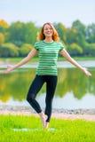 Рыжеволосый смех девушки и выполняет тренировки стоковое изображение rf