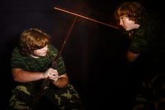 Рыжеволосый freckled тучный мальчик представляя как солдат стоковые изображения