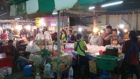 Рынки ночи продавая еду Samut Prakan, Таиланд