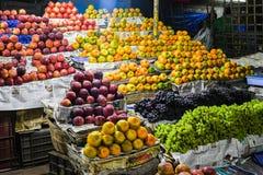 Рынок апельсинов и яблок для продажи стоковое изображение rf