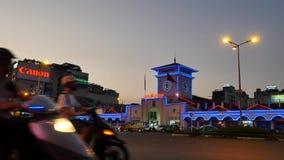 Рынок Бен Thanh в центральном Хошимине, Вьетнаме, шумном городе и много мотоциклов на ноче акции видеоматериалы