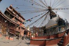 Рынок в Катманду, Непале: старое коричневое кирпичное здание, белое буддийское stupa с флагами Стоковая Фотография