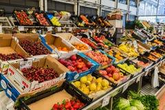 Рынок города с фруктом и овощем в Лиссабоне Стоковые Фотографии RF