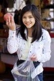 рынок девушки хуторянина яблок вне выбирая s Стоковые Фотографии RF