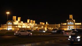Рынок золота на Шардже Объединенных эмиратах Здания ночи загоренные взглядом с светами золота видеоматериал
