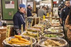 Рынок Киото Nishiki продовольственного магазина стоковые фотографии rf
