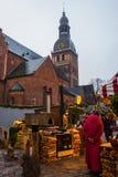 Рынок Нового Года в зоне для туристов Печь и швырок с напитками и едой Собор Риги на квадрате купола на стоковое изображение rf