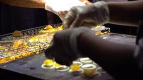 Рынок ночи - азиатский отснятый видеоматериал рынка ночи Купцы варя экзотические еды акции видеоматериалы