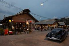 Рынок ночи на дороге Srinakarin, Бангкоке, Таиланде Стоковые Изображения RF